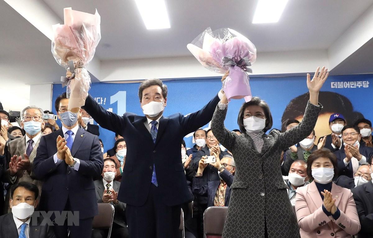 Cựu Thủ tướng Hàn Quốc Lee Nak-yon (giữa, phía trước), ứng viên của Đảng Dân chủ đồng hành cầm quyền, mừng chiến thắng sau khi kết quả bầu cử Quốc hội khóa 21 được công bố. (Ảnh: AFP/TTXVN)