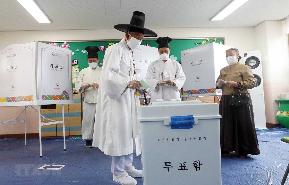 Cử tri bỏ phiếu tại điểm bầu cử Quốc hội khóa 21 ở Nonsan, Hàn Quốc. (Ảnh: Yonhap/TTXVN)