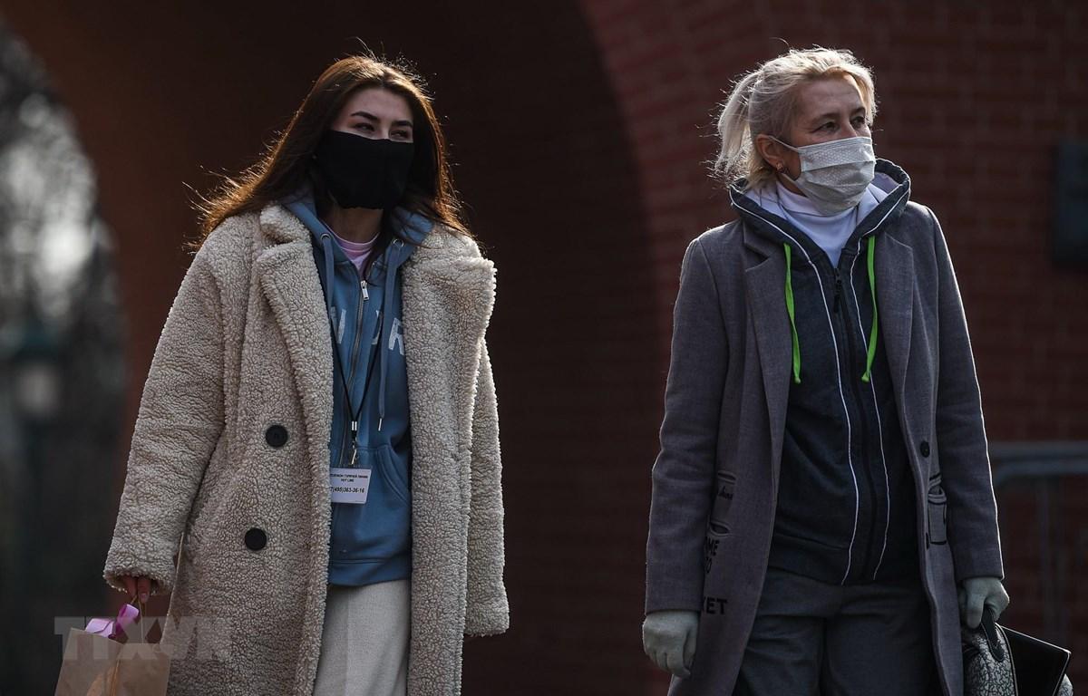 Người dân đeo khẩu trang nhằm ngăn chặn sự lây lan của dịch COVID-19 tại Moskva, Nga. (Ảnh: THX/TTXVN)