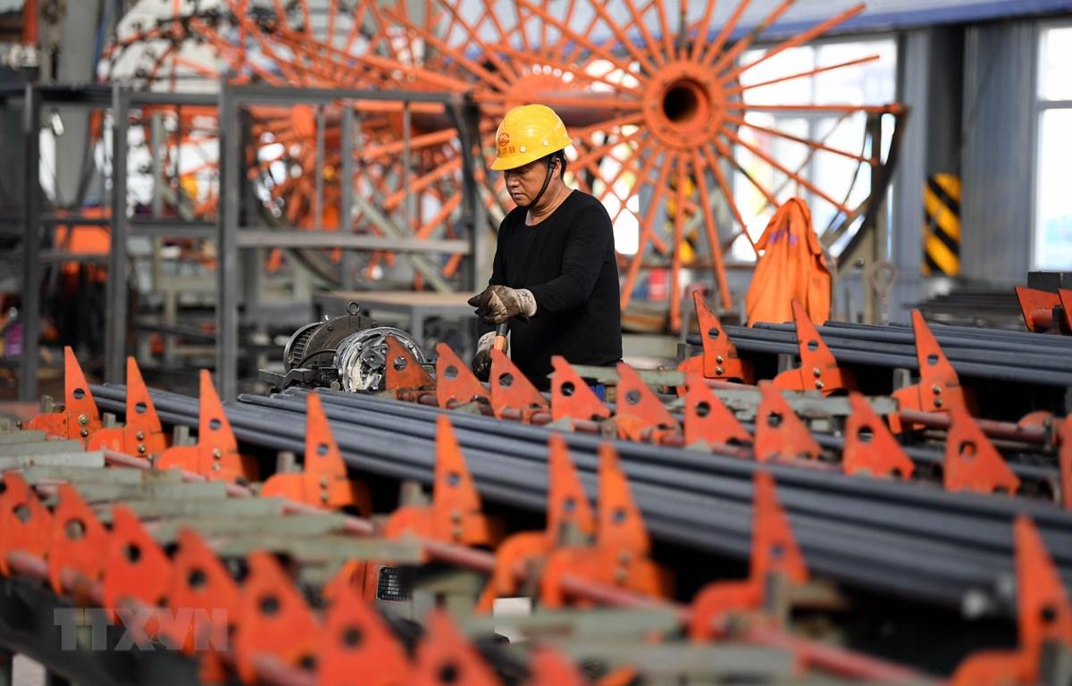 Công nhân làm việc tại một công trường xây dựng ở tỉnh An Huy, Trung Quốc ngày 13/4/2020. (Ảnh: THX/TTXVN)