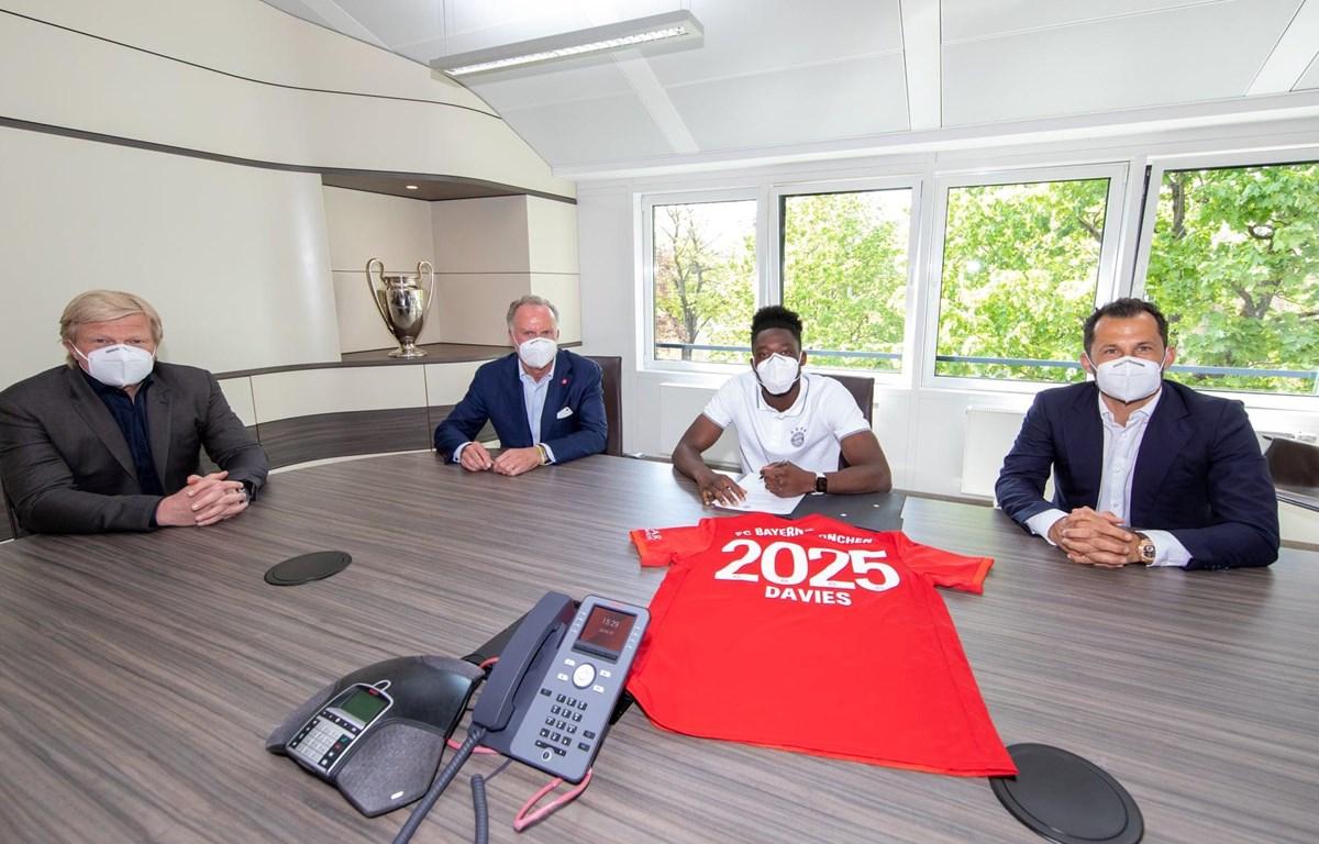 Davies gia hạn với Bayern đến năm 2025. (Nguồn: FC Bayern München)