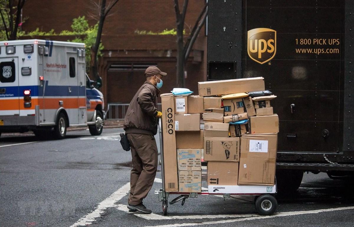 Nhân viên giao hàng làm việc tại New York, Mỹ ngày 13/4. (Ảnh: THX/TTXVN)