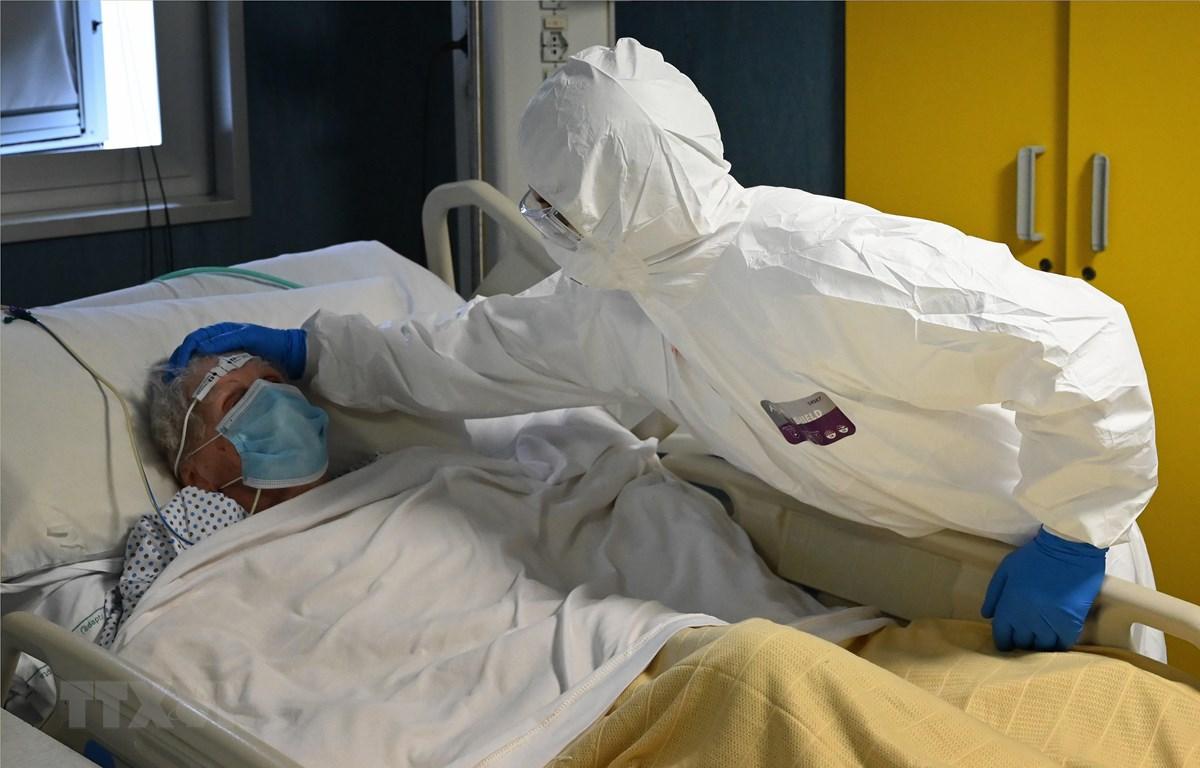 Nhân viên y tế chăm sóc bệnh nhân mắc COVID-19 tại một bệnh viện ở Rome, Italy. (Ảnh: AFP/TTXVN)