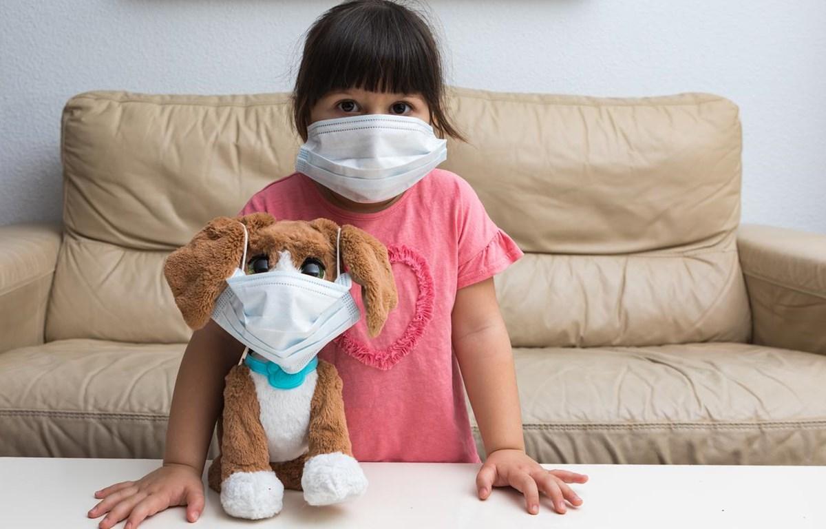 Một bé gái tại Tây Ban Nha ở nhà khi dịch COVID-19 bùng phát. (Nguồn: Getty Images)