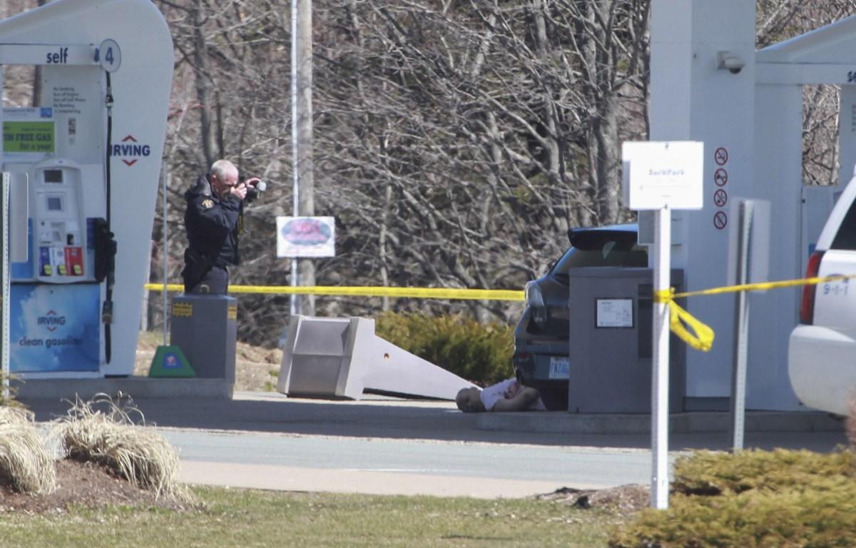 Nhân viên pháp y của cảnh sát Hoàng gia Canada điều tra tại hiện trường vụ xả súng đẫm máu ở Nova Scotia, Canada. (Ảnh: AFP/TTXVN)