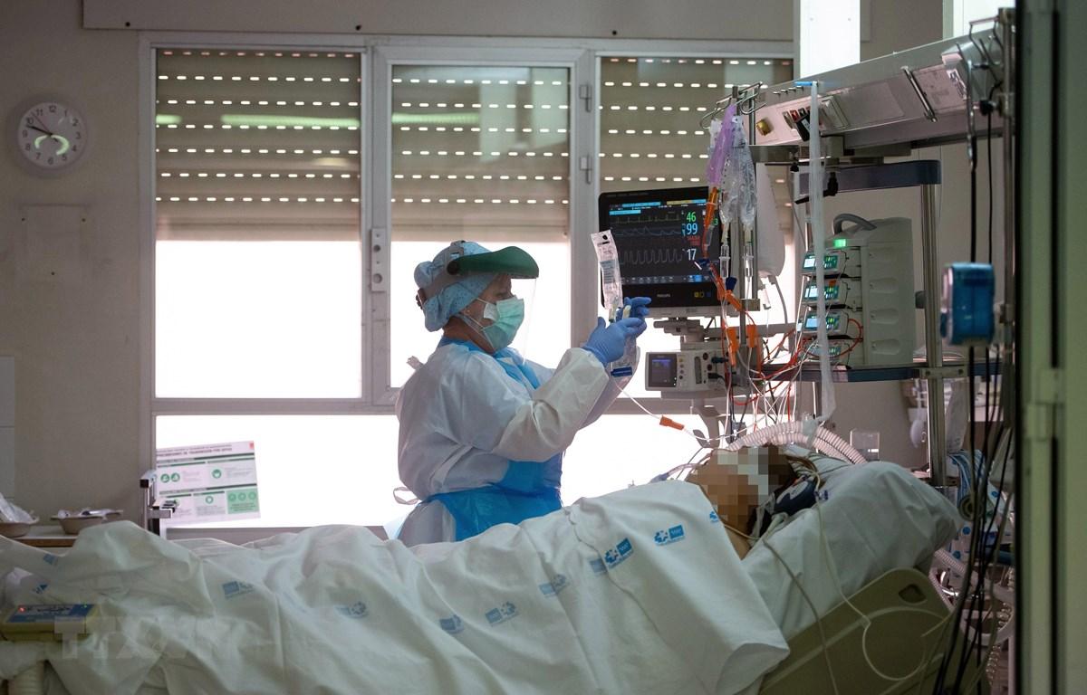 Điều trị cho bệnh nhân COVID-19 tại Madrid, Tây Ban Nha. (Nguồn: AFP/TTXVN)