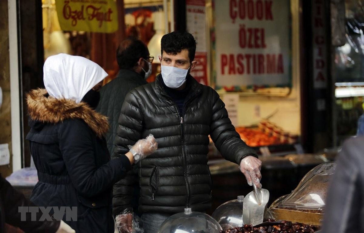Người dân đeo khẩu trang nhằm ngăn chặn sự lây lan của dịch COVID-19 tại Ankara, Thổ Nhĩ Kỳ. (Ảnh: THX/TTXVN)