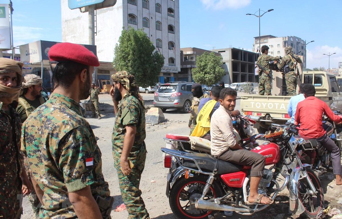 Các thành viên lực lượng an ninh Yemen tuần tra tại thành phố miền Nam Aden. (Ảnh: AFP/TTXVN)