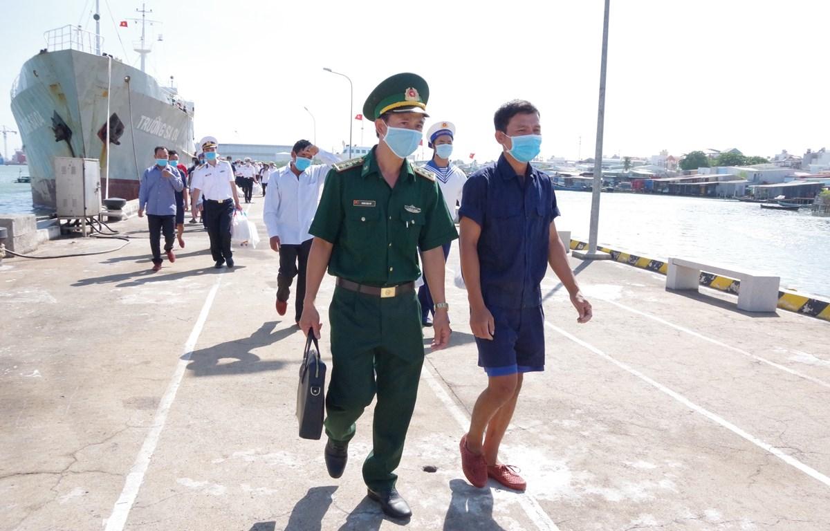 Tàu Trường Sa 04, Vùng 2 Hải quân đưa 30 ngư dân gặp nạn vào bờ an toàn và bàn giao cho Bộ Chỉ huy Bộ đội Biên phòng tỉnh Bà Rịa-Vũng Tàu. (Ảnh: Huỳnh Ngọc Sơn/TTXVN)