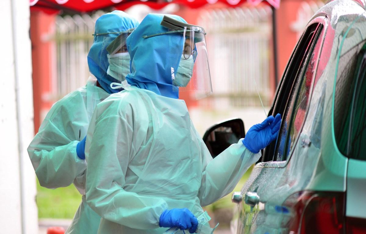 Nhân viên y tế lấy mẫu dịch xét nghiệm COVID-19 tại Damansara, Malaysia. (Ảnh: THX/TTXVN)