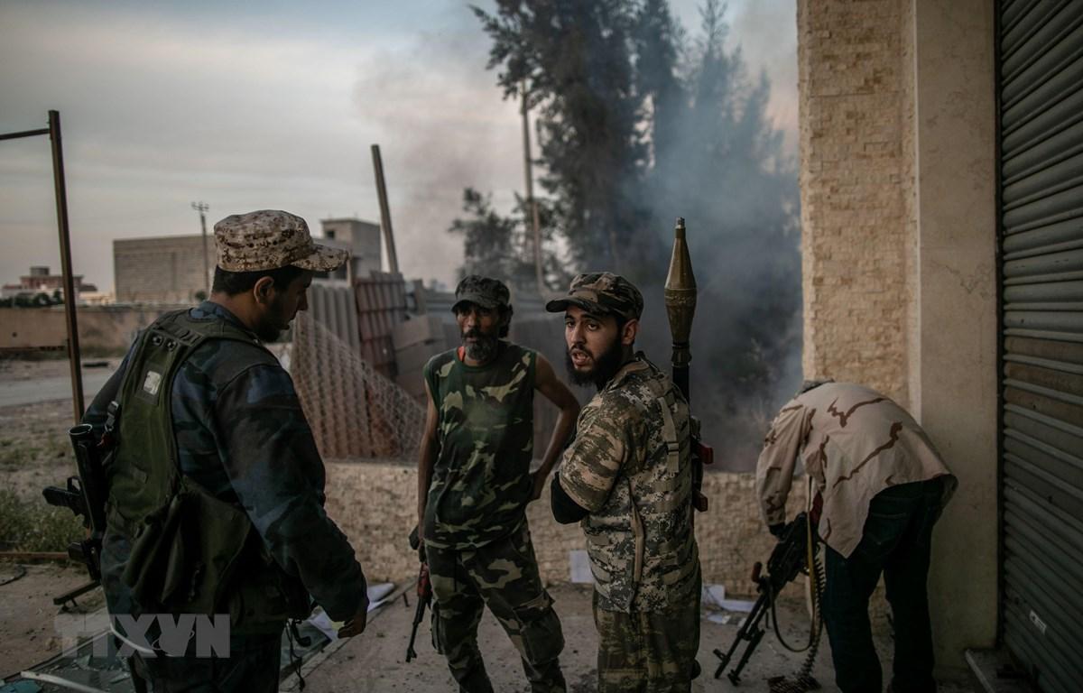 Các tay súng GNA giao tranh với quân đội miền Đông (LNA) của Tướng Khalifa Haftar tại Tripoli, Libya, ngày 18/4. (Ảnh: THX/TTXVN)