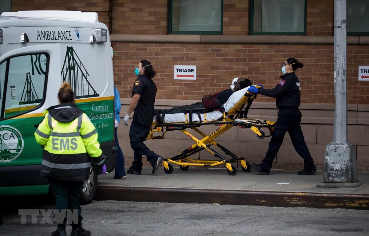 Nhân viên y tế chuyển bệnh nhân COVID-19 tới trung tâm y tế Maimonides, New York, Mỹ hôm 19/4. (Ảnh: THX/TTXVN)