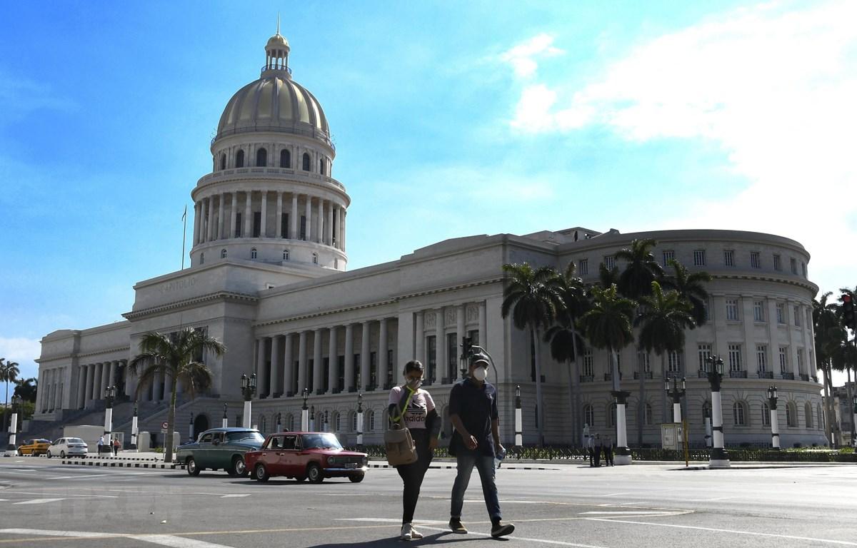 Người dân đeo khẩu trang phòng dịch COVID-19 tại La Habana, Cuba, ngày 23/3. (Ảnh: THX/TTXVN)