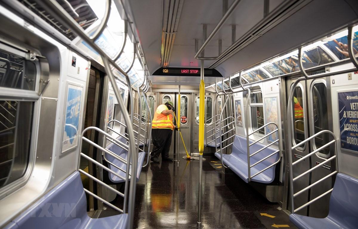 Nhân viên khử trùng tàu điện ngầm tại nhà ga ở Brooklyn, New York, Mỹ ngày 6/5. (Ảnh: THX/TTXVN)