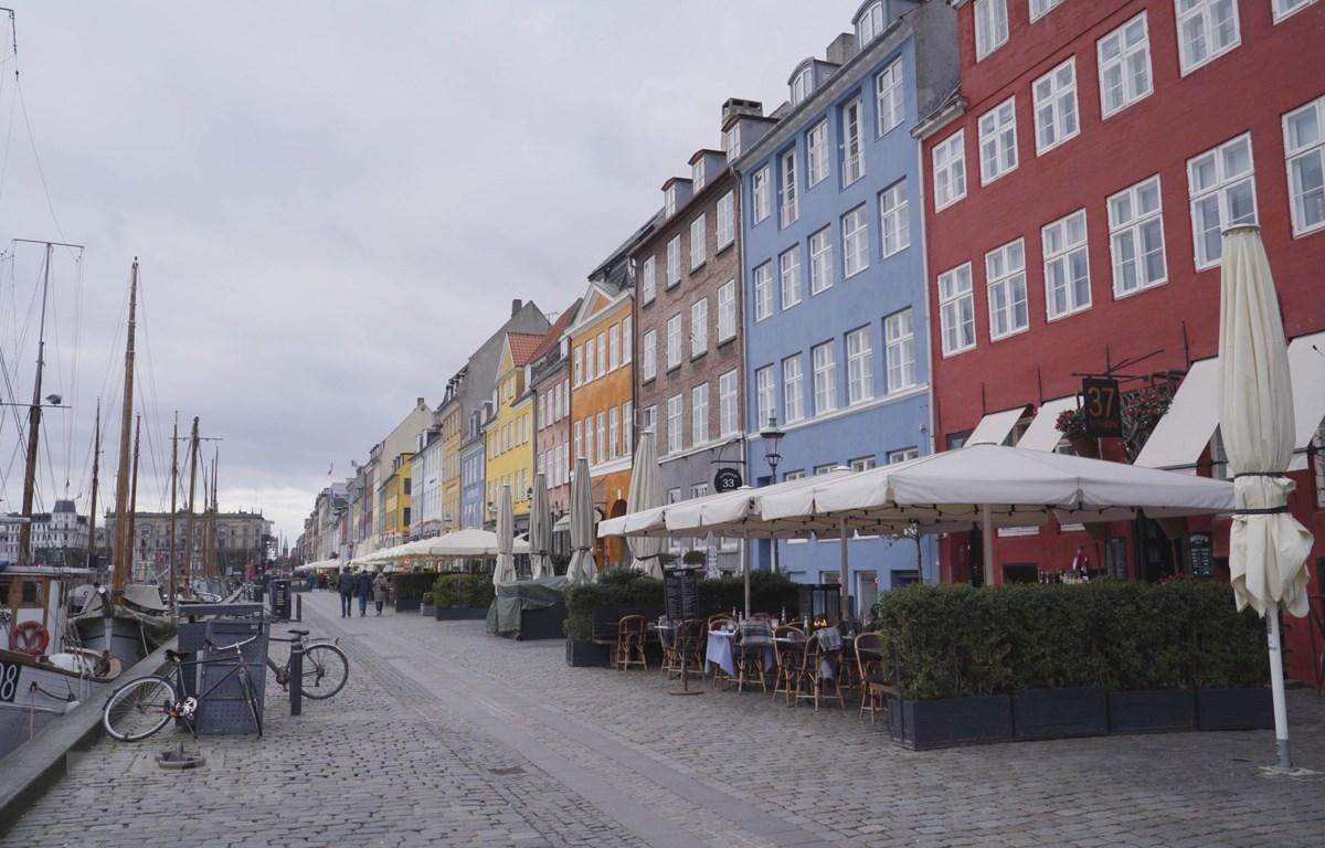 Các cửa hàng đóng cửa do ảnh hưởng của dịch COVID-19 tại Copenhagen, Đan Mạch ngày 17/3. (Ảnh: THX/TTXVN)
