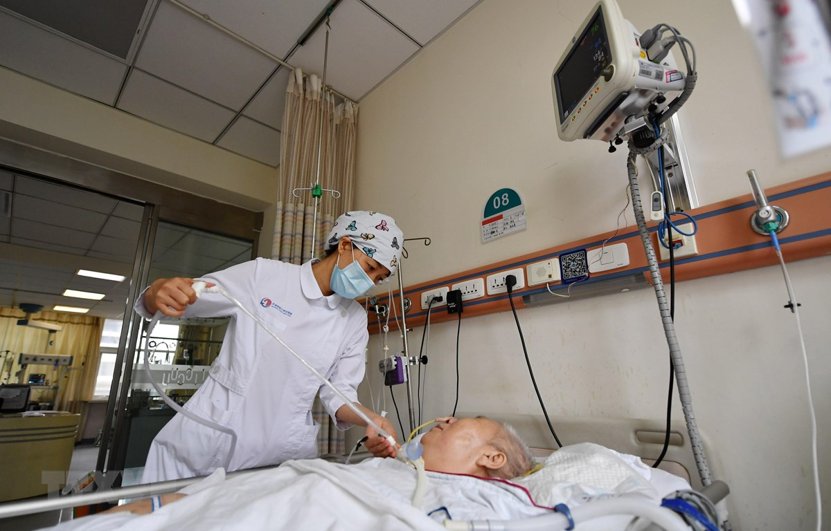Nhân viên y tế chăm sóc bệnh nhân tại bệnh viện ở Thiên Tân, Trung Quốc, ngày 4/5. (Ảnh: THX/TTXVN)