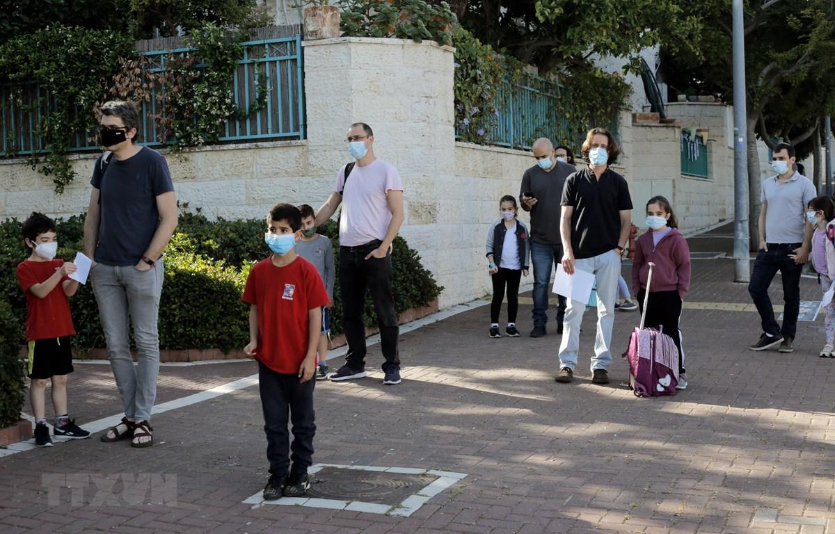 Học sinh quay trở lại trường học khi lệnh giãn cách xã hội được nới lỏng tại thị trấn Pardes Hanna-Karkur, miền Trung Israel. (Ảnh: THX/TTXVN)