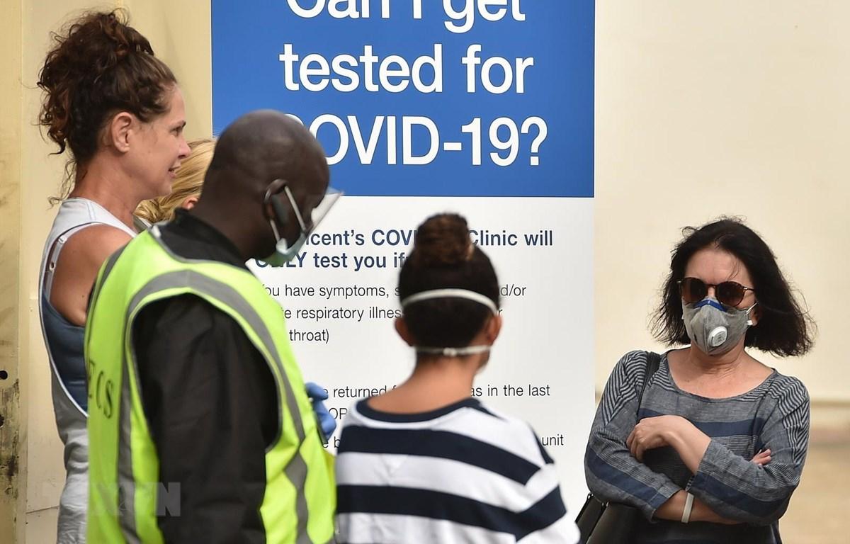 Người dân xếp hàng chờ xét nghiệm nhanh COVID-19 tại bãi biển Bondi ở Sydney, Australia. (Ảnh: AFP/TTXVN)