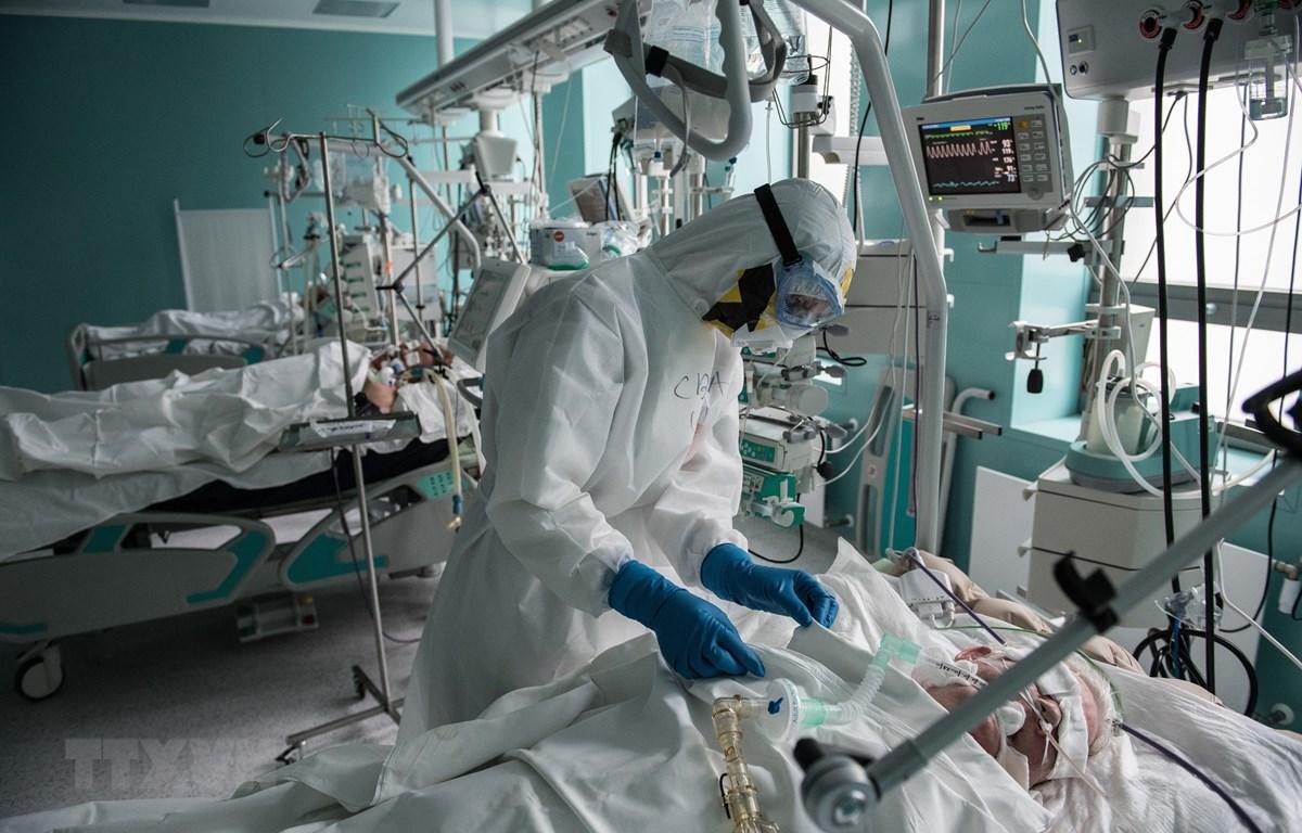 Nhân viên y tế chăm sóc bệnh nhân mắc COVID-19 tại một bệnh viện ở Moskva, Nga ngày 14/5. (Ảnh: THX/TTXVN)