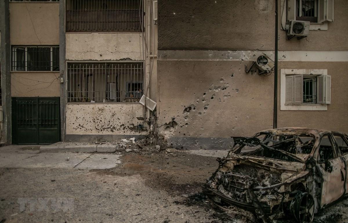 Hiện trường vụ tấn công vào khu dân cư Bab Ben Ghashir ở Tripoli, Libya ngày 9/5. (Ảnh: THX/TTXVN)