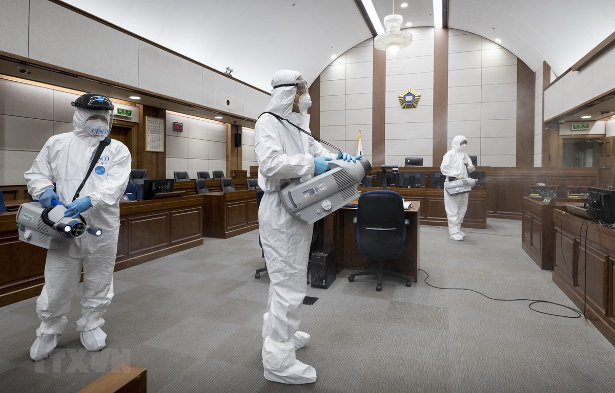 Nhân viên kiểm dịch phun khử trùng bên trong một tòa án ở Seoul, Hàn Quốc. (Ảnh: Yonhap/TTXVN)