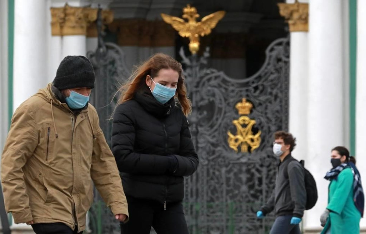 Người dân đeo tai nghe phòng chống COVID-19 tại St. Petersburg. (Nguồn: TASS)