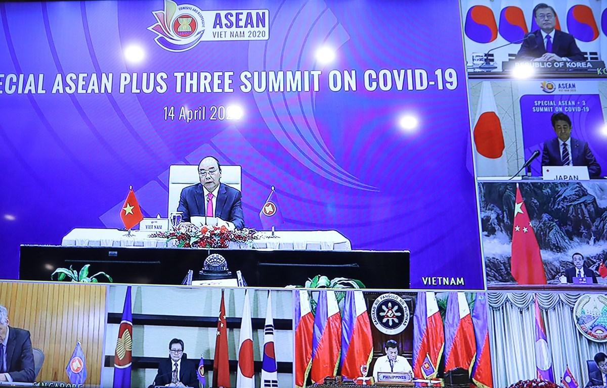 Thủ tướng Nguyễn Xuân Phúc chủ trì Hội nghị Cấp cao ASEAN+3 về ứng phó với dịch bệnh COVID-19. (Ảnh: Thống Nhất/TTXVN)
