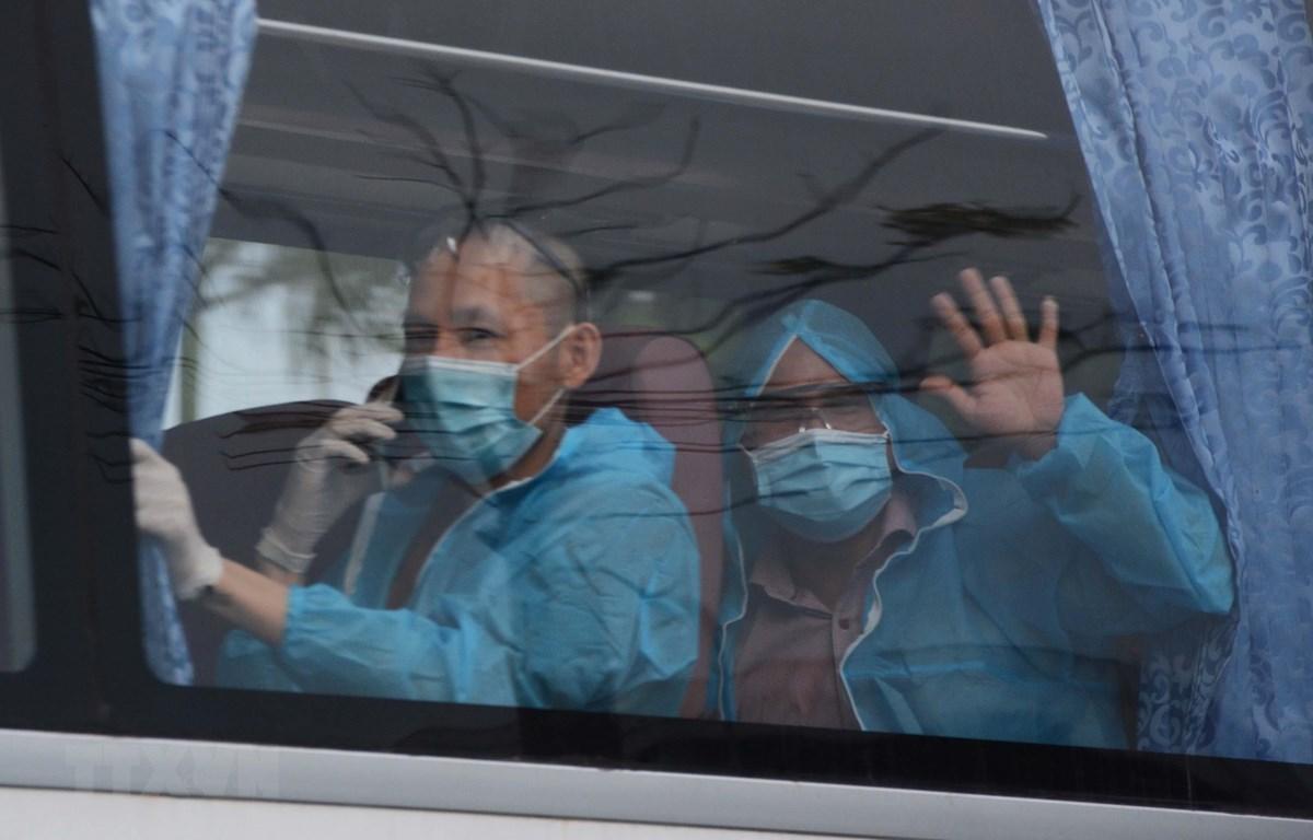 Hình ảnh những công dân của chuyến bay từ Myanmar về nước được chở đến khu cách ly. (Ảnh: Văn Dũng/TTXVN)
