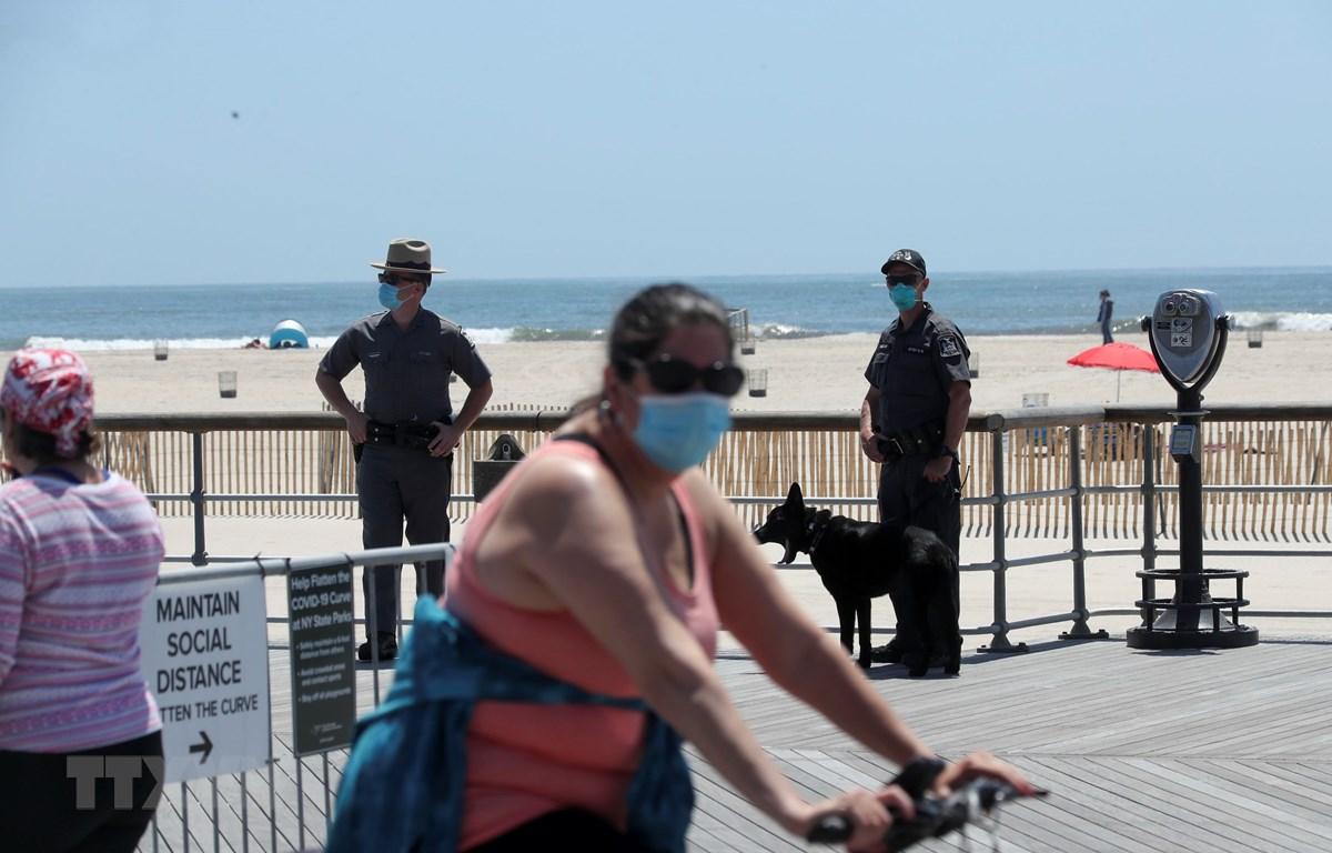 Cảnh sát gác trên bãi biển ở New York, Mỹ, ngày 22/5. (Ảnh: THX/TTXVN)