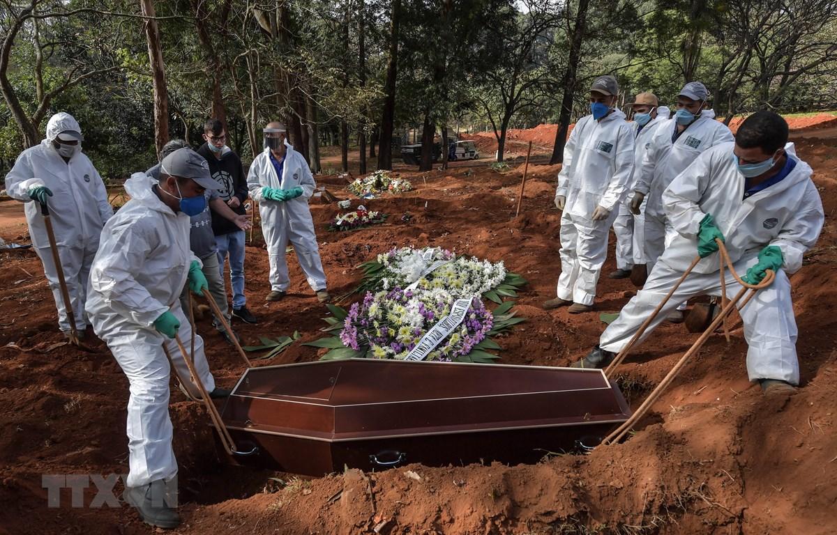 Chôn cất các bệnh nhân tử vong do COVID-19 tại nghĩa trang ở ngoại ô Sao Paulo, Brazil. (Ảnh: AFP/TTXVN)