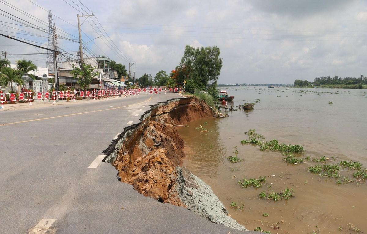 Hiện trường vụ sạt lở Quốc lộ 91 đoạn qua xã Bình Mỹ, huyện Châu Phú, tỉnh An Giang vào sáng 27/5. (Ảnh: Công Mạo/TTXVN)