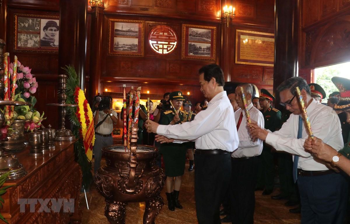 Các đại biểu dâng hương Chủ tịch Hồ Chí Minh. (Ảnh: Ngọc Thiện/TTXVN)