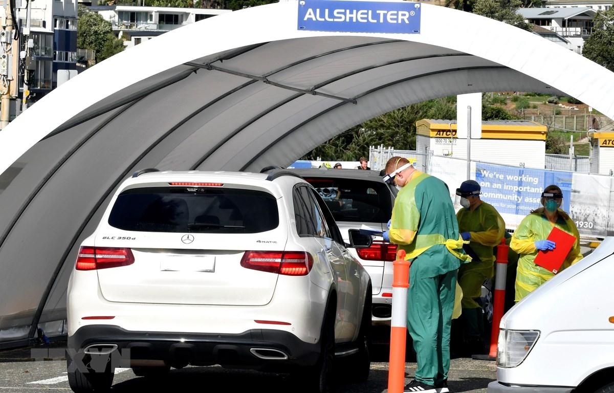 Nhân viên y tế lấy mẫu xét nghiệm COVID-19 tại Sydney, Australia. (Ảnh: AFP/TTXVN)