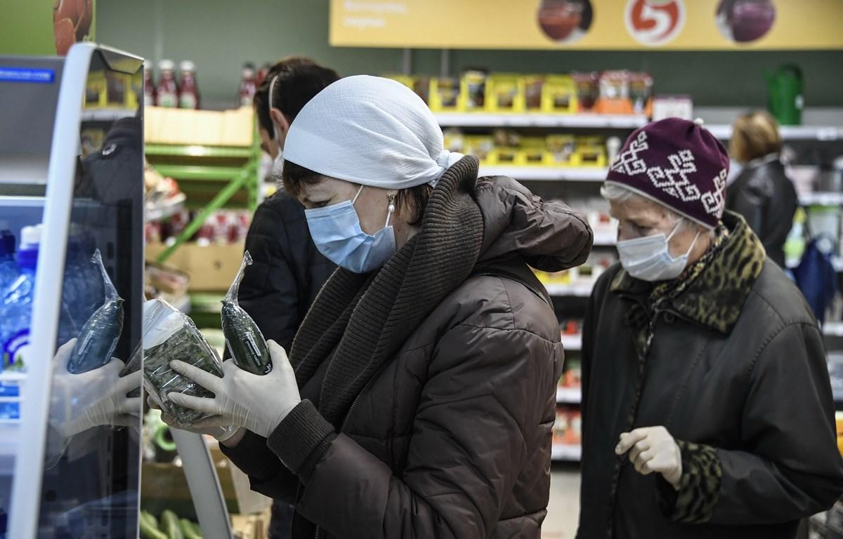 Người dân mua sắm tại một siêu thị ở Moskva, Nga ngày 13/5. (Ảnh: AFP/TTXVN)