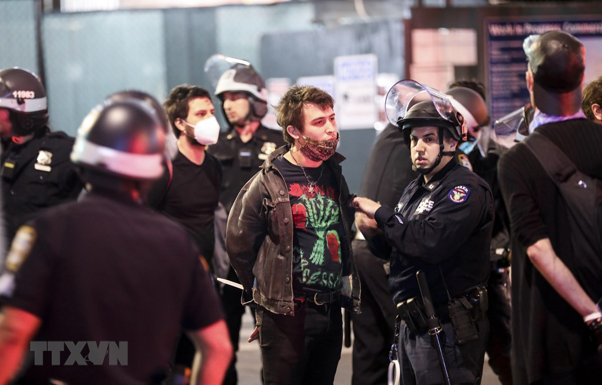 Cảnh sát bắt giữ những người biểu tình quá khích tại New York, Mỹ, ngày 1/6. (Ảnh: THX/TTXVN)