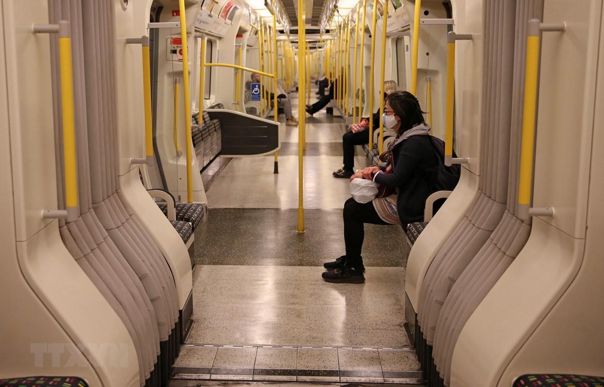 Hành khách di chuyển bằng tàu điện ngầm của hãng Tfl ở London, Anh ngày 14/5. (Ảnh: AFP/TTXVN)