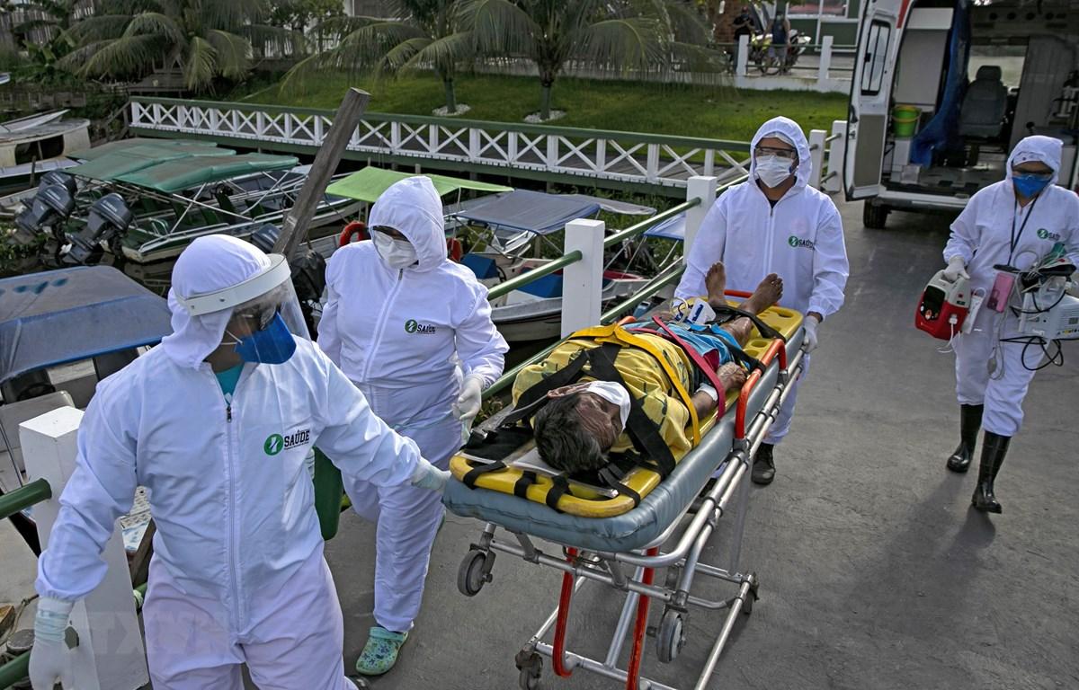 Nhân viên y tế chuyển bệnh nhân COVID-19 tới bệnh viện ở Breves, trên đảo Marajo, bang Para, Brazil ngày 25/5. (Ảnh: AFP/ TTXVN)
