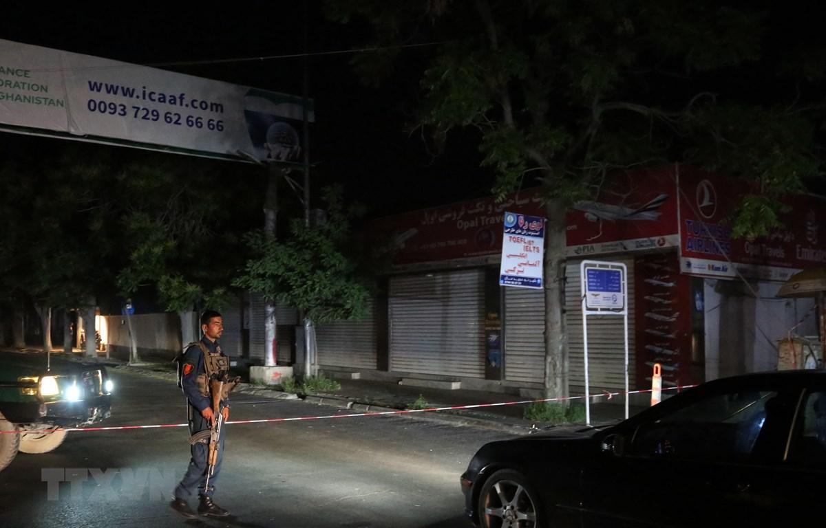 Nhân viên an ninh Afghanistan gác tại hiện trường vụ đánh bom đền thờ Wazir Akbar Khan ở Kabul ngày 2/6. (Ảnh: THX/TTXVN)