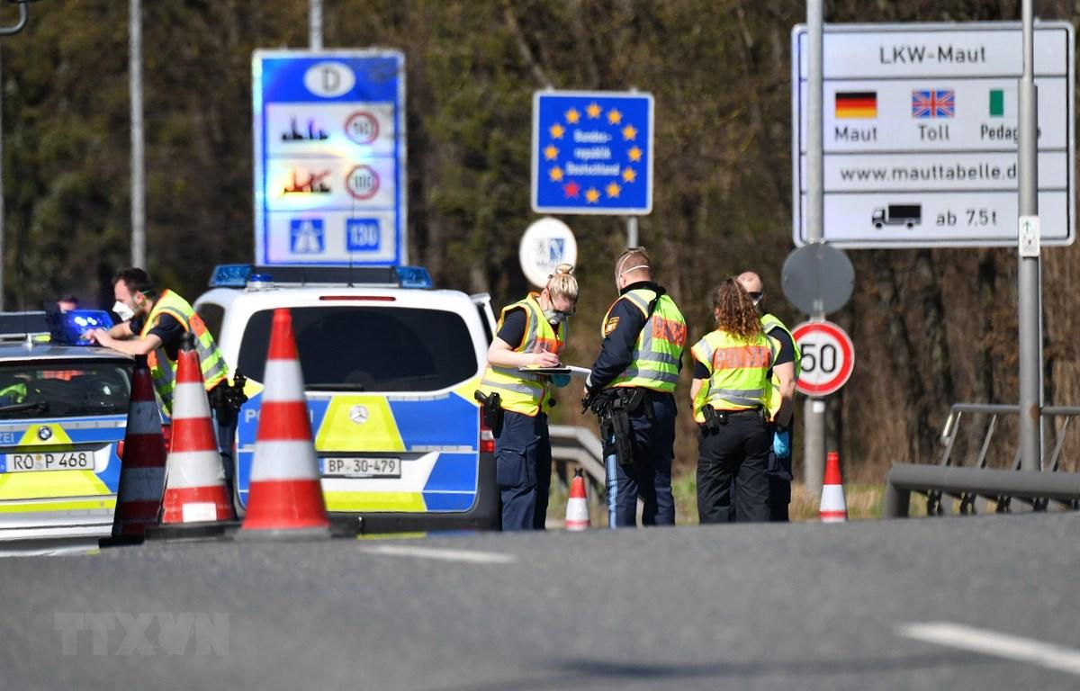 Cảnh sát Đức kiểm tra các phương tiện tại khu vực cửa khẩu biên giới Đức-Áo gần Freilassing, hôm 16/3. (Ảnh: AFP/TTXVN)