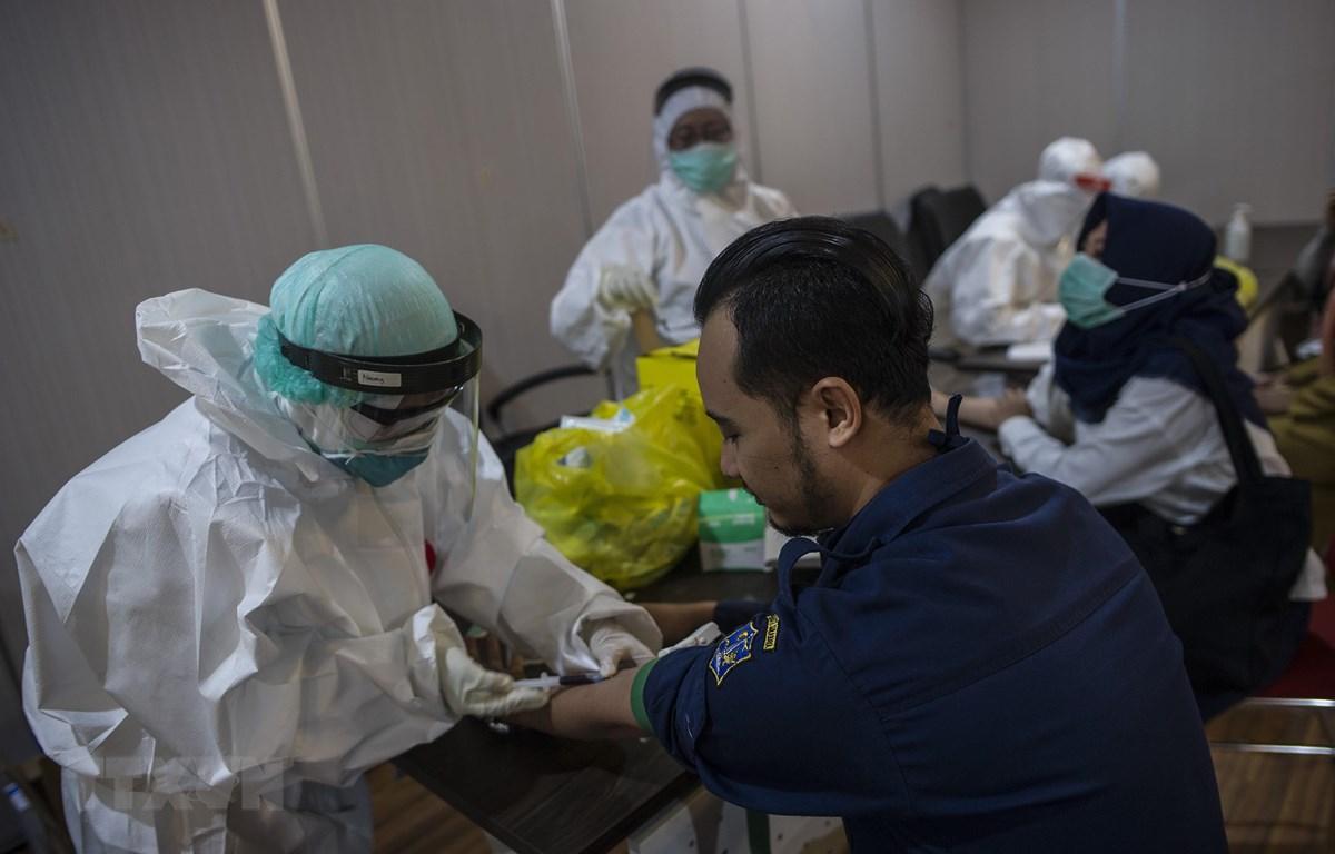 Xét nghiệm máu nhằm phát hiện nhanh trường hợp nhiễm dịch COVID-19 tại Surabaya, Indonesia ngày 11/5. (Ảnh: THX/TTXVN)