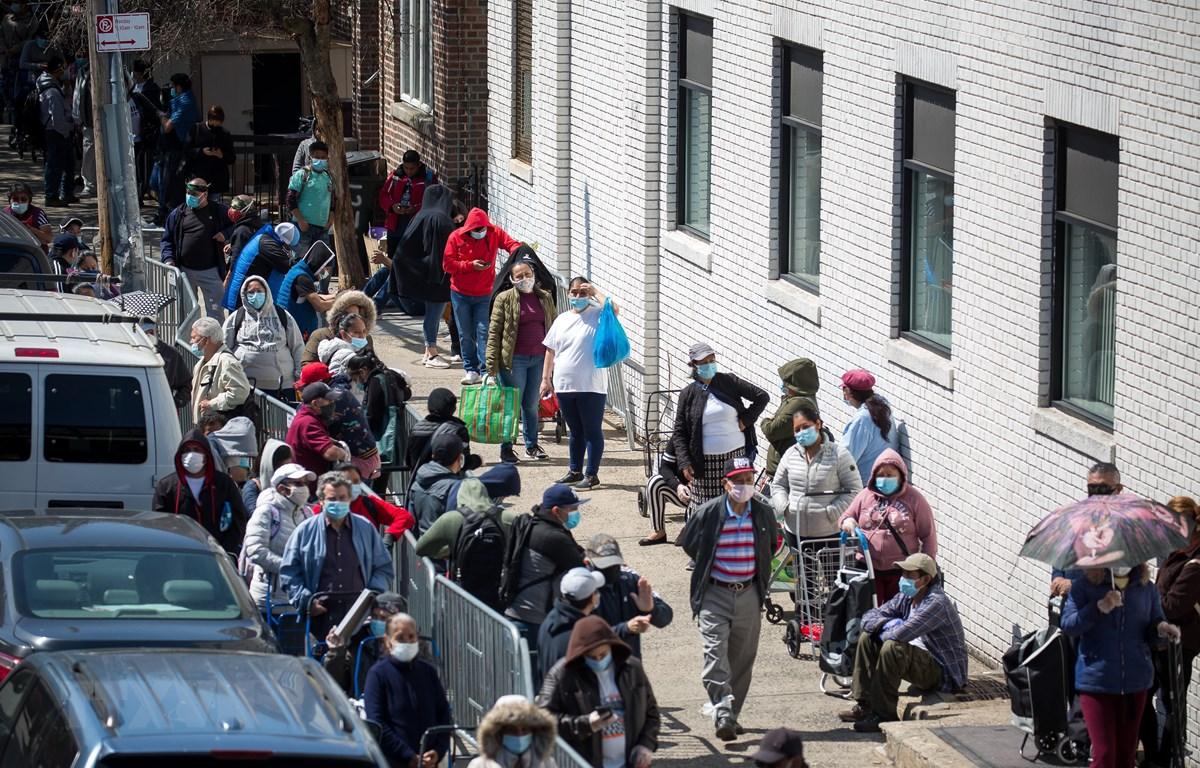 Người dân xếp hàng chờ nhận thực phẩm cứu trợ tại Brooklyn, New York, Mỹ ngày 14/5. (Ảnh: THX/TTXVN)
