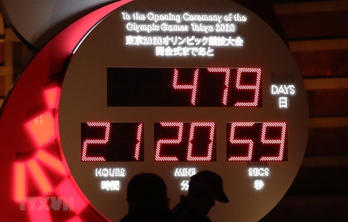 Đồng hồ đếm ngược tới Olympic Tokyo bên ngoài nhà ga Tokyo, Nhật Bản. (Ảnh: THX/TTXVN)