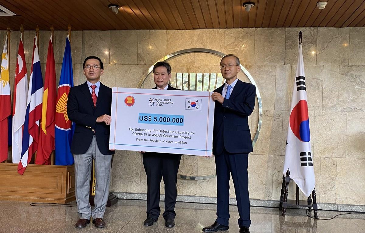 Đại sứ Lim Sungnam, Trưởng Phái đoàn Thường trực Hàn Quốc tại ASEAN, trao tượng trưng các trang thiết bị xét nghiệm có tổng trị giá 5 triệu USD cho Tổng Thư ký ASEAN Lim Jock Hoi và đại diện nước Chủ tịch ASEAN năm 2020. (Ảnh: Hữu Chiến/TTXVN)