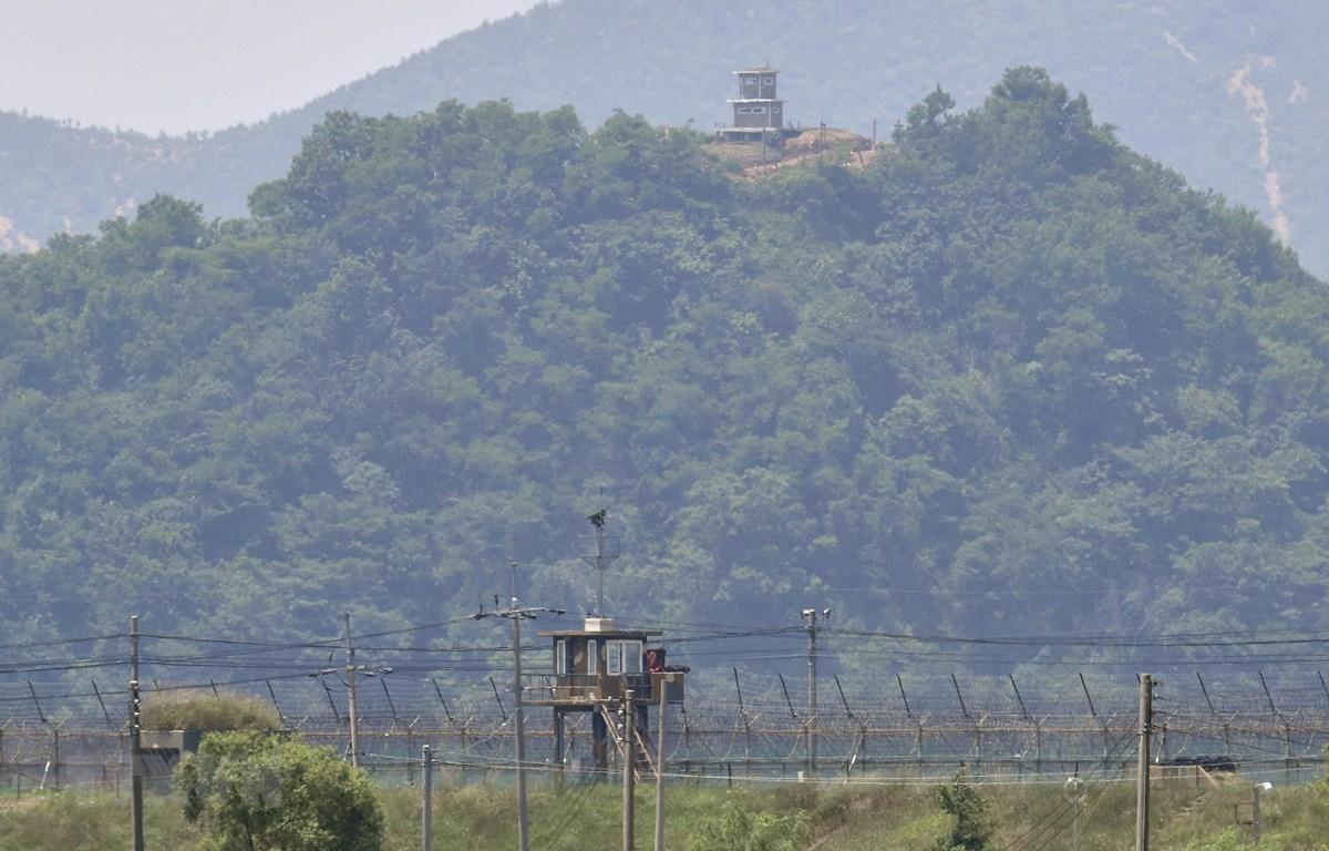 Trạm gác của Triều Tiên (phía trên) nhìn từ thành phố biên giới Paju (Hàn Quốc) ngày 16/6. (Ảnh: AFP/TTXVN)