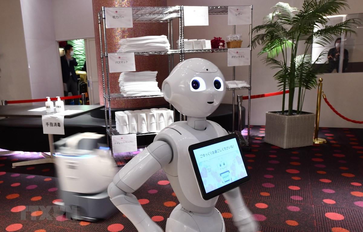 Robot hỗ trợ nhân viên y tế phục vụ bệnh nhân mắc COVID-19 tại Tokyo, Nhật Bản. (Ảnh: AFP/TTXVN)