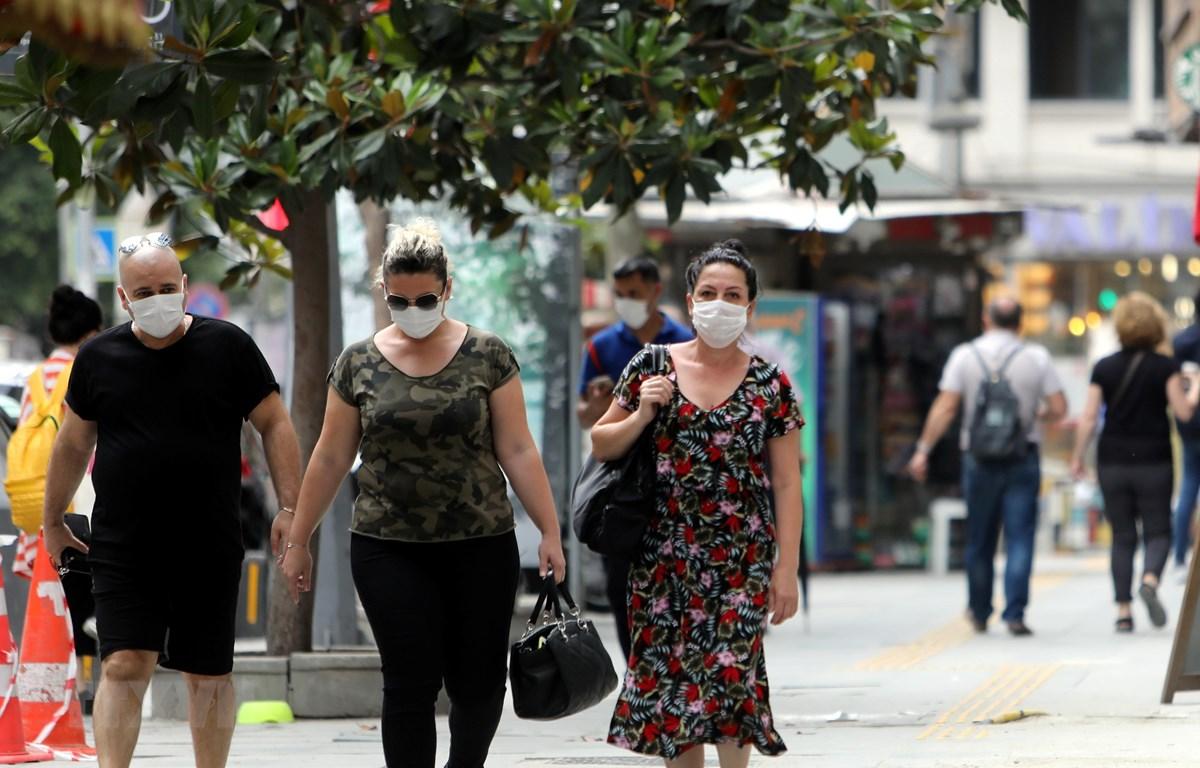 Người dân đeo khẩu trang phòng lây nhiễm COVID-19 tại Istanbul, Thổ Nhĩ Kỳ. (Ảnh: THX/TTXVN)