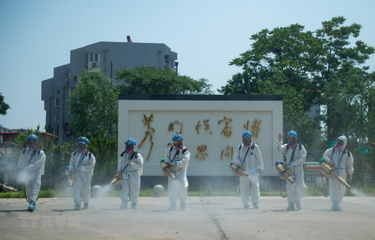 Phun thuốc khử trùng nhằm ngăn chặn sự lây lan của dịch COVID-19 tại Bắc Kinh, Trung Quốc. (Ảnh: THX/TTXVN)