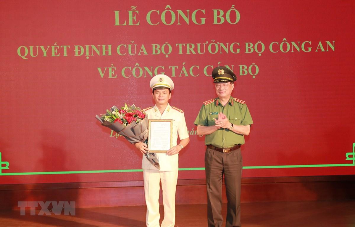Thứ trưởng Bộ Công an Nguyễn Văn Thành trao Quyết định bổ nhiệm Đại tá Thái Hồng Công giữ chức vụ Giám đốc Công an tỉnh Lạng Sơn. (Ảnh: Quang Duy/TTXVN)