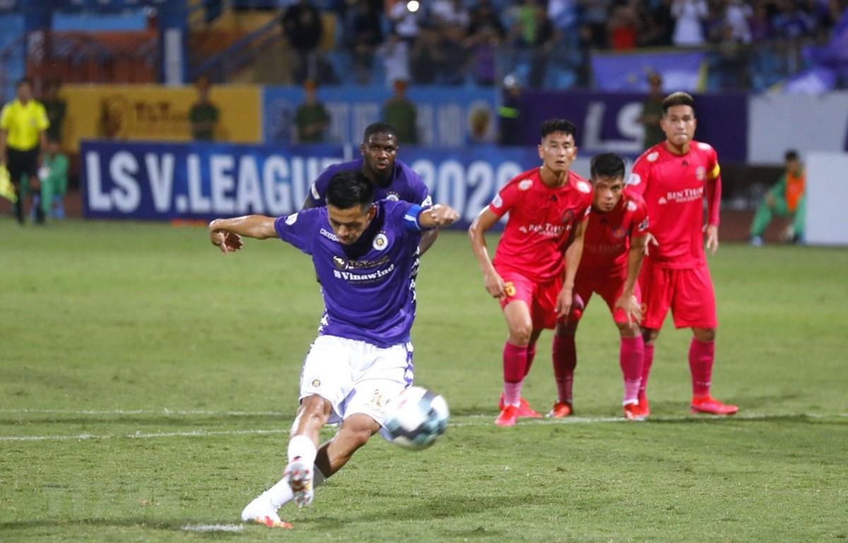 Pha sút penalty lên trời của thủ quân Văn Quyết ở phút 58 đã bỏ lỡ cơ hội gỡ hòa của Hà Nội FC. (Ảnh: Thành Đạt/TTXVN)