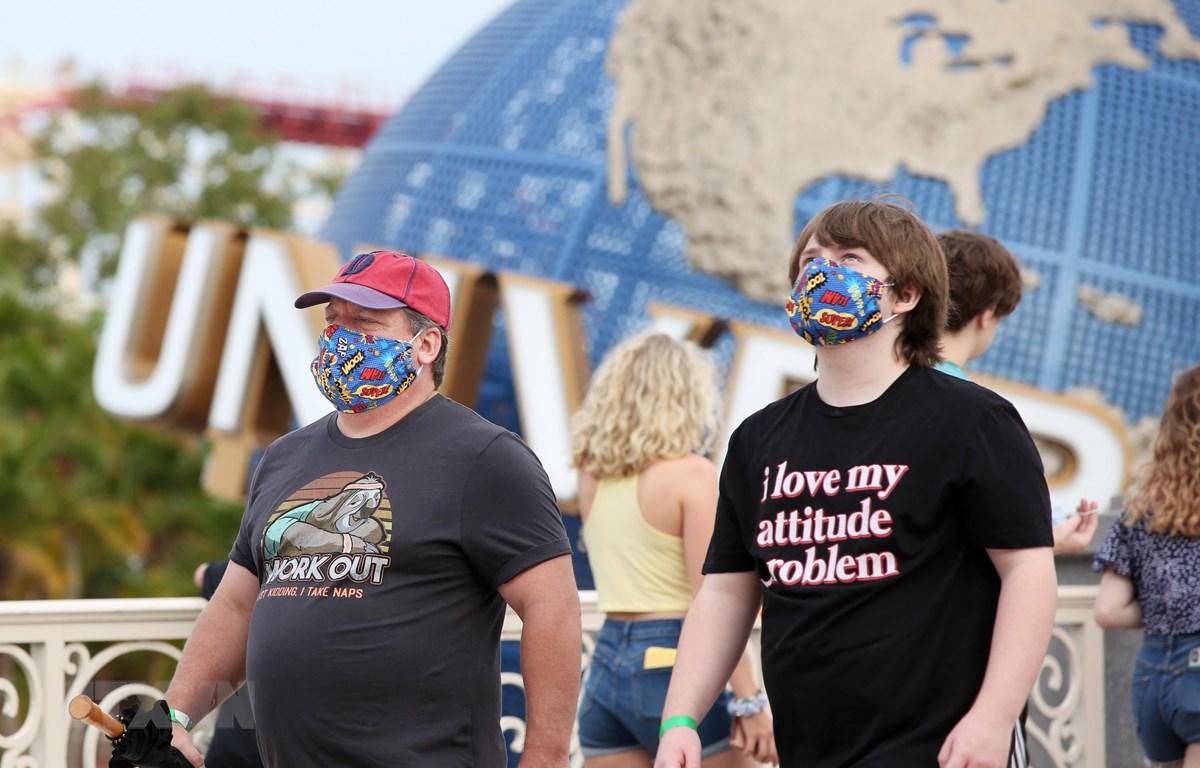 Người dân đeo khẩu trang phòng dịch COVID-19 tại El Paso, bang Florida (Mỹ). (Ảnh: AFP/TTXVN)